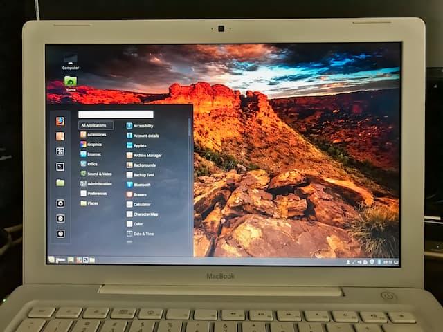 The Linux Mint desktop looks similar to Windows 7